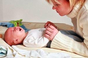 Почему болит живот у новорожденного?